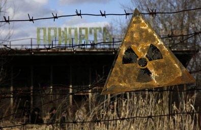 Знак радиации около речного порта