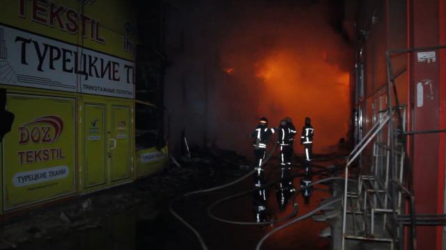 Вогнеборці локалізували велику пожежу на території ТЦ «Барабашово»