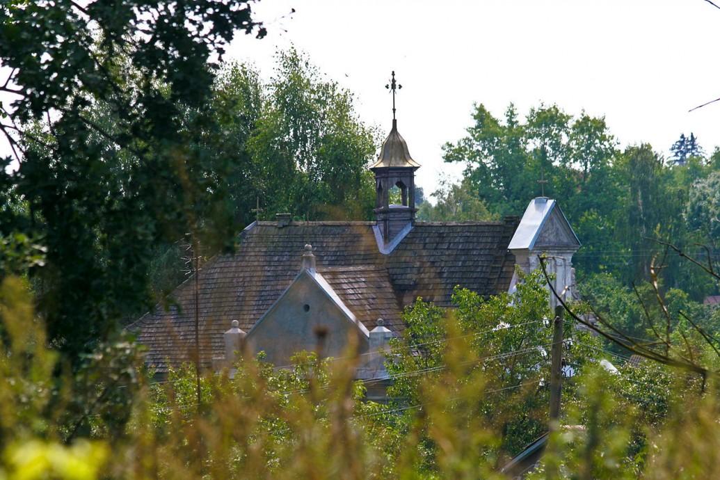 Гонтовая крыша костела с северо-западной стороны. Фото 2011