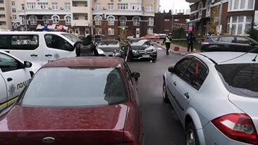 Невідомі обстріляли Mercedes на столичних Позняках